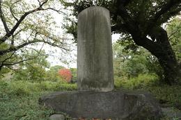 藤田東湖の「正気の歌」の碑。<br><br>藤田東湖は水戸藩の尊皇攘夷論者で、水戸藩主・徳川家斉の腹心として活躍した。1844年に主の家斉が失脚すると、東湖は小石川の水戸藩上屋敷に幽閉され、翌年にはこの地にあった水戸藩下屋敷に幽閉された。<br>そして、この地で「正気の歌」の漢詩を作り、この歌は、幕末の志士たちの愛唱歌となった。<br><br>なお、石に刻まれた文字は判別が難しくなっていた。<br>あと、石碑の左側に東京スカイツリーが見えた。