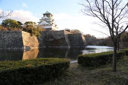 【大阪城】内堀の西側から天守方面を撮影。<br>      天守がある曲輪が本丸で、右側に一段下がっているのが、隠し曲輪。