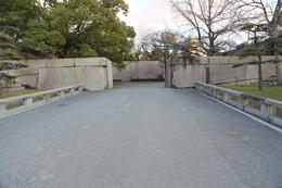 【大阪城】京橋口。<br><br>      奥の巨石が大坂城2番目の巨石、肥後石。<br>      肥後石というと加藤清正を連想するが、実際は備前藩池田忠雄が小豆島から切り出した。<br><br>      京橋口枡形は良い状態で残っていたが、1945年の空襲で消失した。
