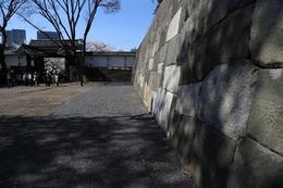 【江戸城】田安門枡形の石垣改修が終わっていた。<br>      左手の門は高麗門で、右手の石垣が改修後の石垣。<br><br>      昨年(2013年)9月に来た時はこんな感じだった。 https://shirophoto.jp/photos/694
