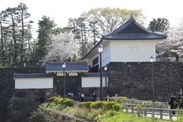 【江戸城】昨年(2013年)9月に来た時は清水門の櫓門と高麗門にカバーがさせていて残念だった https://shirophoto.jp/photos/696 が、この日はカバーが外されていた。<br>      まだ、クレーンで何かを吊り上げたりして、作業中だった。<br><br>      清水門を抜けると、北の丸に入ることができる。