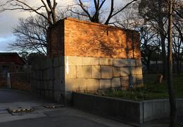 【大阪城】外曲輪の筋鉄門の石垣。<br>      明治維新後、陸軍の砲兵工廠(軍需工場)が置かれたため、石垣の上にレンガが積まれているという奇観を形成している。<br><br>      なお、江戸時代には、外曲輪には米蔵や薪蔵などがあったらしい。