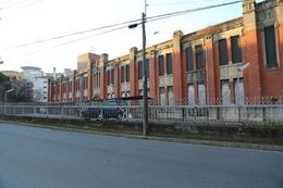 【大阪城】外曲輪の砲兵工廠化学分析場。<br><br>      大正8年(1919年)に建造された。<br><br>      大村益次郎の提言によって作られた大阪砲兵工廠は、東洋一と言われる軍需工場に成長した。<br>      しかし、昭和の敗戦でその歴史的役割を終え、現在まで放置されている模様。荒れたまま立入禁止になっている。