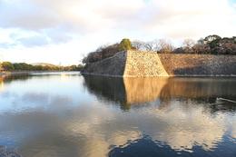 【大阪城】二の丸にある伏見櫓台。<br>      北外堀に突出し、目を引く。<br><br>      二の丸の櫓では、唯一の三重櫓だった。<br>      1945年の空襲で、惜しくも焼失。
