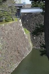 【江戸城】北桔橋門の北側にある陸橋を歩いていたら、北桔橋門の右側に天守石垣が見えていることに気づいた!