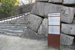 【大阪城】山里丸石垣の機銃掃射痕。<br><br>      大坂城には陸軍中枢機関や軍需工場があったため、1945年、米軍に空襲された。<br><br>      明治維新後の大坂城の歴史はあまり知られていないと思うが、こういうのを見ると、大坂城は、明治維新後も現役だったのだと実感する。<br><br>      同時に、思ったより石垣が破壊されておらず、改めて石垣の強さを思った。<br>      ただ、戦後、修復されたそうなので、やられた直後はどういった状況だったのかは分からないが。
