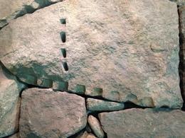 【江戸城】南北線市ヶ谷駅構内にある石垣。<br><br>石割りで使われた矢穴が明瞭に見える。<br>間石で大きな石の合間を埋めているのも分かる。<br><br>写っていないが、刻印も複数あった。<br><br>この石垣は、JR・都営の市ヶ谷駅ではなく、外堀を越えた南北線市ヶ谷駅内なので、要注意。