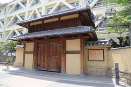 【茨木城】茨木小学校の東側に復元された茨木城櫓門。