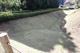 【山中城三の丸堀】<p>大手口辺りから北側の出丸まで伸びる三の丸堀。<br>長さ約180m、最大幅30m、深さ約8mとのこと。</p>