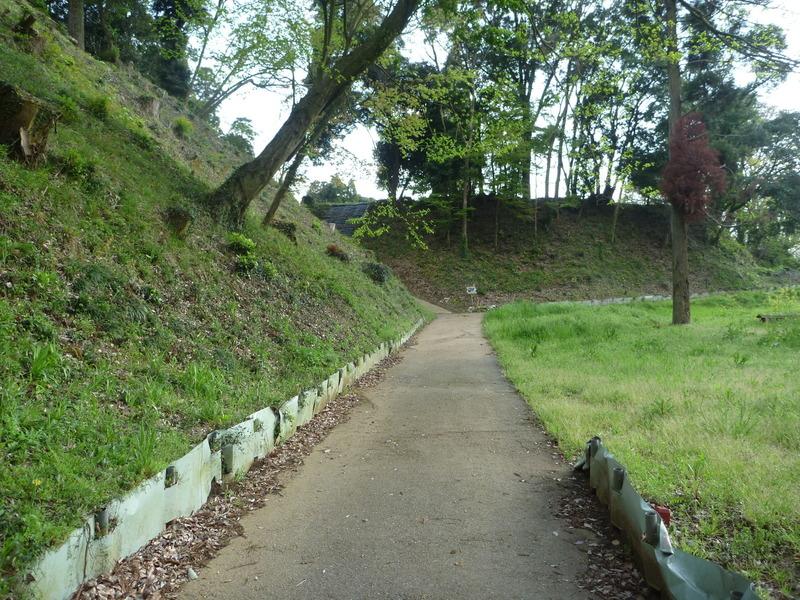【本佐倉城の城山曲輪】<p>左手が本佐倉城の城山曲輪。きれいに整備されているのが分かる。<br>突き当りを左に行くと、虎口がある。</p>