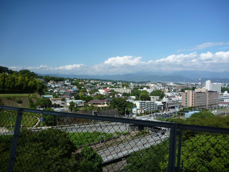小田原城の展望スペースから丹沢山地方面をのぞむ。
