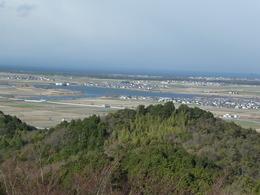 【安土城】天守付近から北側を撮影。琵琶湖が見える。当時は手前の陸地がほとんどなかった模様。