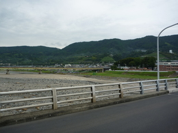 <p>酒匂川から北方面を撮影。<br>(おそらく視界には入っていないが)北西に松田城がある。</p>