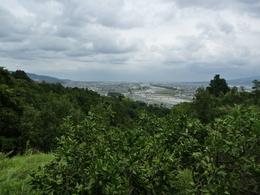 【松田城からの足柄平野を眺める】<p>松田城から足柄平野を一望できるのが分かる。</p> <p>足柄平野の右側が小田原、左側が国府津、中央に酒匂川が流れている。<br>松田城は秦野からの入り口を押さえる位置にあるので、ここが足柄平野の要地であったのだろう。</p>
