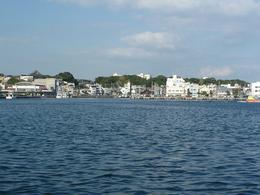 <p>城ヶ島から三崎港をのぞむ。 三崎港の背後に台地がある。そこに三崎城があった</p>