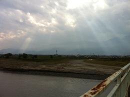 <p>釜無川にかかる橋の上から雲間の光をのぞむ。本物は遥かによかった。 <br>武田信虎や武田信玄も同じような空を見ただろう。</p>