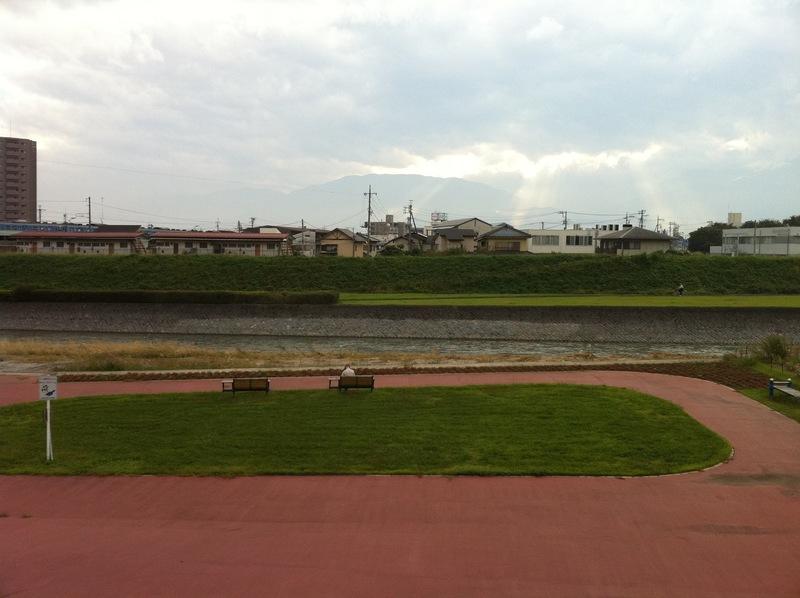 <p>「飯田河原古戦場慰霊碑」付近から荒川左岸を撮影。</p> <p>1521年、福島正成率いる駿河勢は1万5千ともいう大軍で甲斐に侵入したため、武田信虎は2千の兵で、ここ飯田河原で迎え撃った。寡兵にも関わらず、信虎は駿河勢を撃退した。</p>