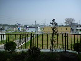 <p>近年の研究で、下糟屋の丸山城址公園あたりが糟屋館との説が出ている。<br> 写真は、国道246を挟んで、丸山城址公園と対面する高部屋神社の南側から撮った。南側から見ると、高地になっているのが分かる。</p>