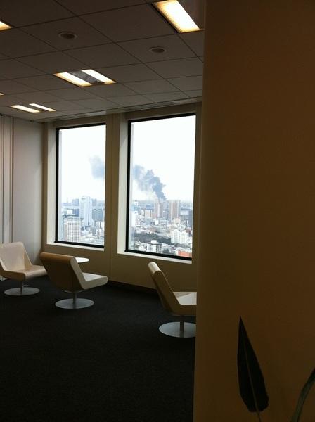 <p>3・11の日、六本木ヒルズ40階からお台場方面で煙が上がっている様子を撮影。</p>