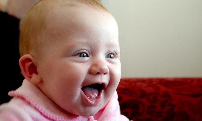 子供と大人の一日の笑う回数の違い