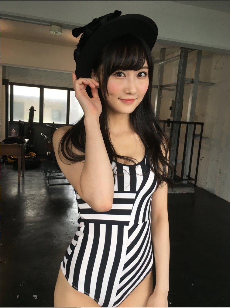 在BUBKA12月號中拍攝偶像寫真時穿的邊框花紋的連衣泳裝。