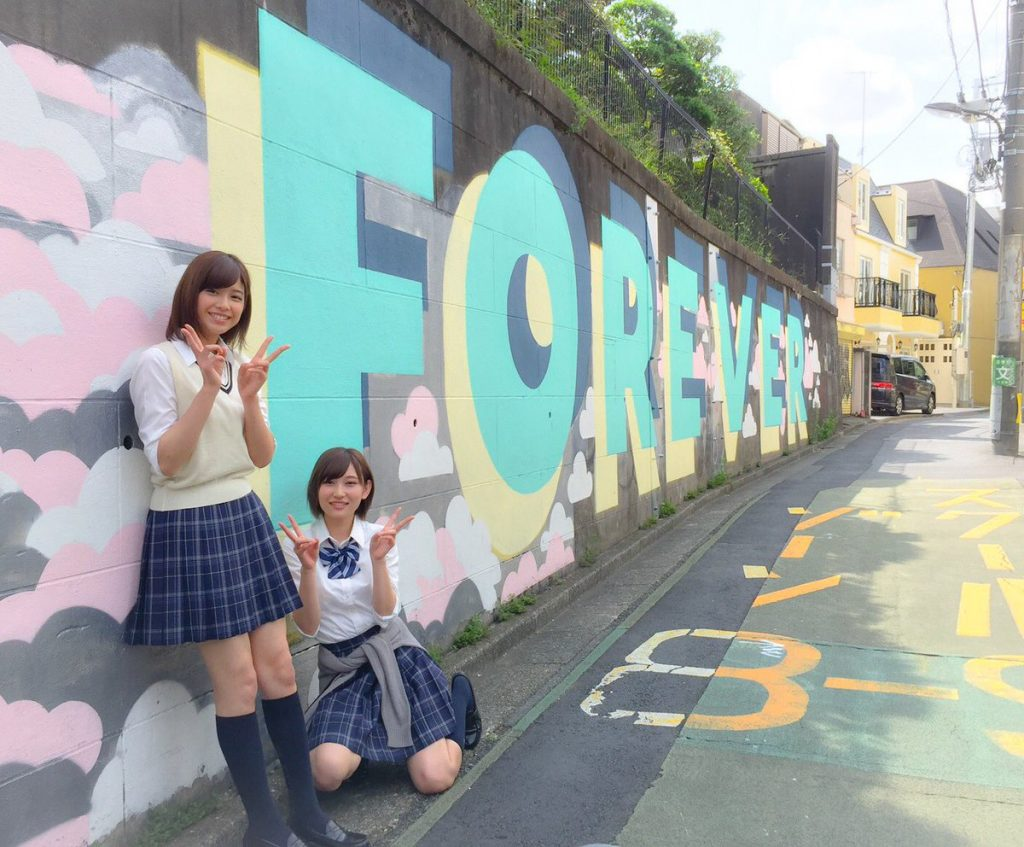 志田愛佳与渡边理佐也担任了「超酷组合」的凹版影页。