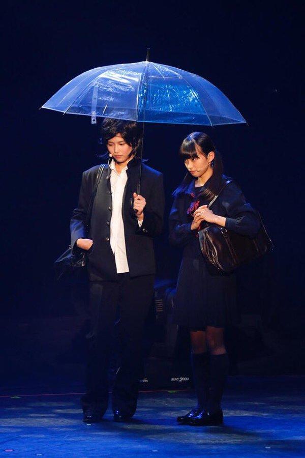 在欅坂46「招待会」上给大家展现出的男装打扮,她非常适合学生制服与男式发型。