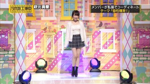 「乃木坂工事中」私服コレクションに登場した秋元真夏。「個性爆発コーディネート」というテーマに則りあざといファッションを披露。