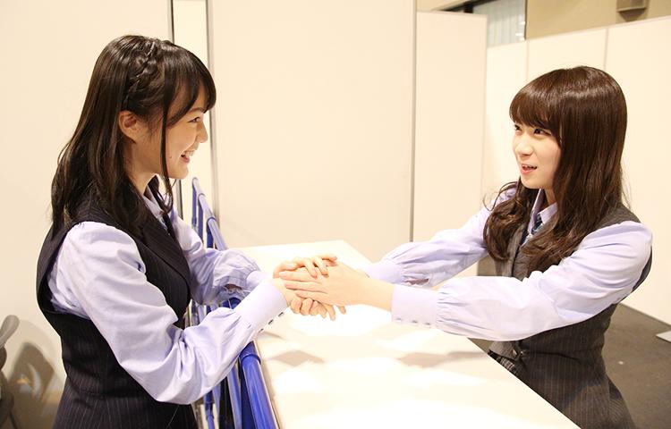 图片来自乃木坂46的官方网站。秋元真夏与生田絵梨花正在互相说明关于握手会上的相关流程。