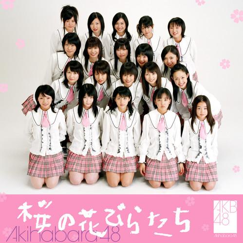 AKB48がインディーズ時代に発売した1stシングル「桜の花びらたち」。