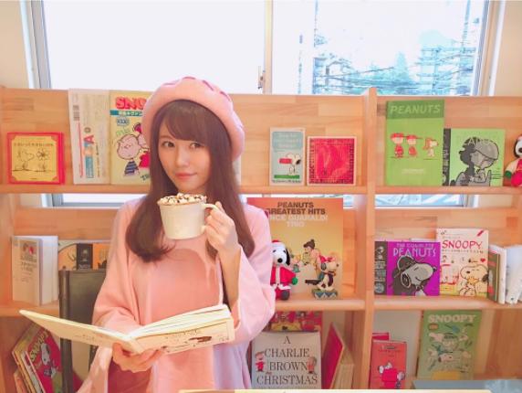 AKB48成员込山榛香。寻访咖啡店是她的最爱,闲暇的日子里经常造访各种时尚咖啡店。
