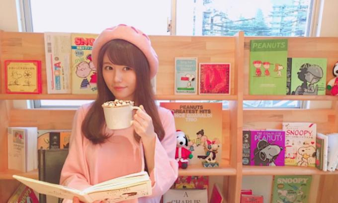 AKB48の込山榛香。カフェ巡りがマイブームで、オフの日には様々なおしゃれカフェを訪問している。