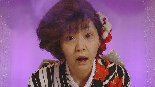 """""""猜拳民""""《颠倒坂道》MV中的截图。 Center田名部生来通过特效化妆变成了老奶奶。"""