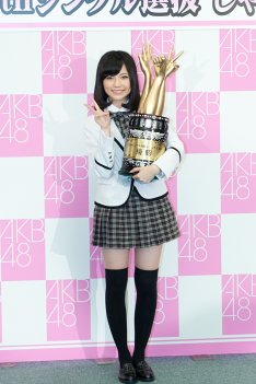 「AKB48 29thシングル選抜じゃんけん大会」でセンターポジションを勝ち取った島崎遥香(引用:natalie)