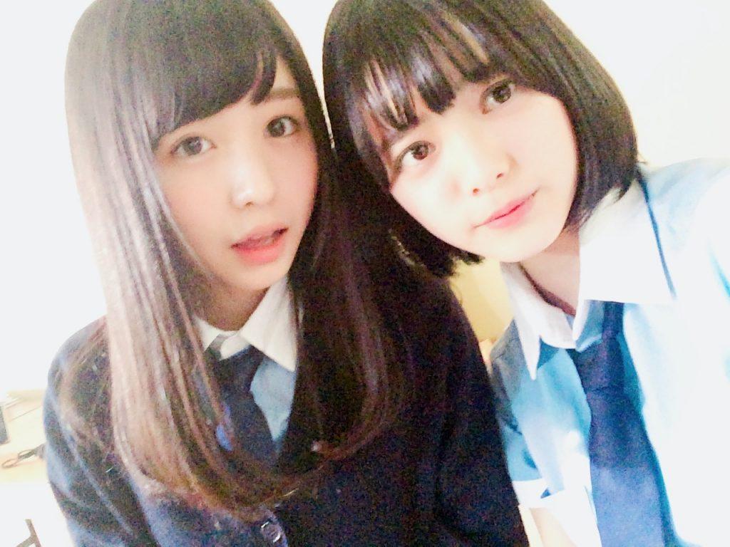 日劇《是誰殺了德山大五郎?》出演時的長濱禰留(左)和平手友梨奈(右)。