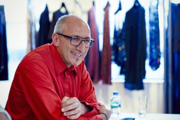 アラン・ミクリタリアン 1955年、フランスのローヌ地方生まれ。父はオーケストラの指揮者、母は洋服の仕立屋。パリのフレネル眼鏡学院を卒業後、78年ミクリ ディフュージョン社設立。87年、パリ・ロジエ通りに初のブティックをオープンした。「ジル・サンダー」「イッセイ ミヤケ」などファッションブランドとのコラボレーションも多い PHOTO BY HIRONIRI SAKUNAGA
