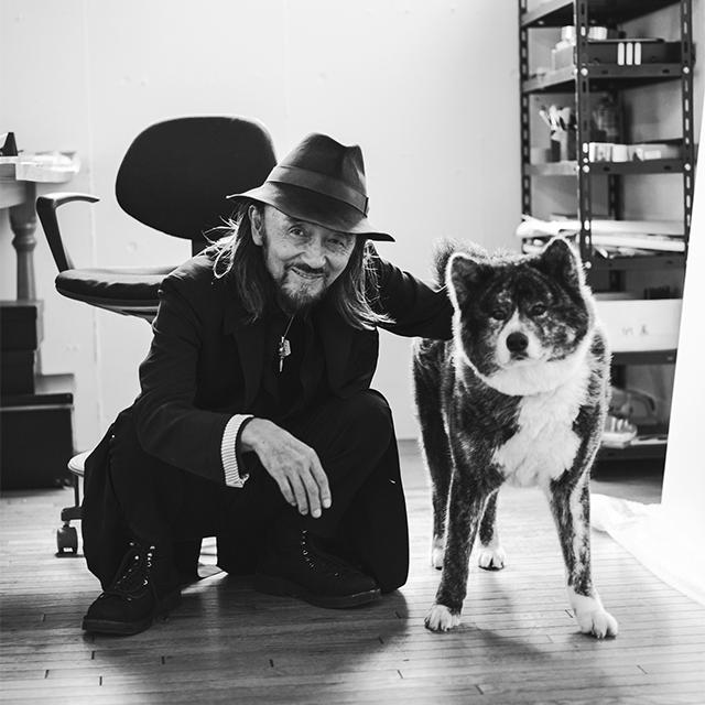 山本耀司が「俺の最後のパートナー」と可愛がる秋田犬のリンとともに