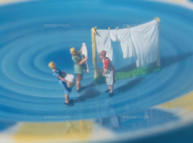 洗濯物を干す家族の人形 (c)KEI MUTO/orion