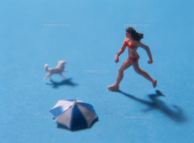 イヌと水着の女性の人形 (c)KEI MUTO/orion