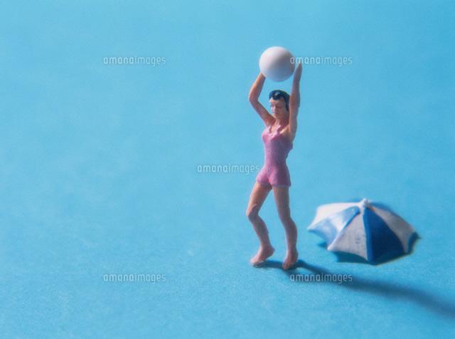 ボールを持つ水着女性の人形 (c)KEI MUTO/orion