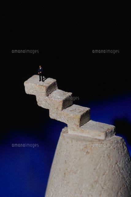 行き止まりの階段と男性 クラフト (c)MASAO OTA/orion