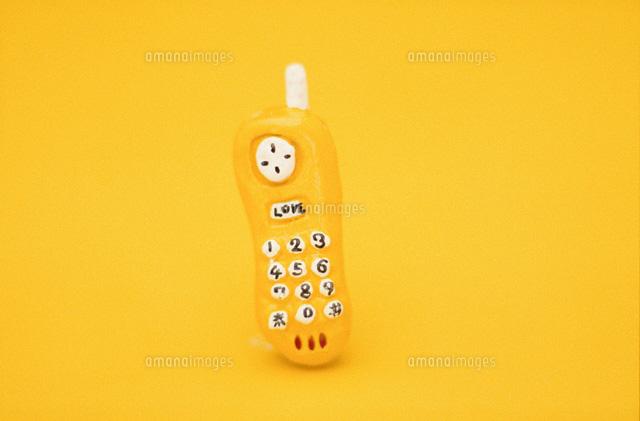 携帯電話のクラフト(黄色) (c)TAKASHI IWAKIRI/orion
