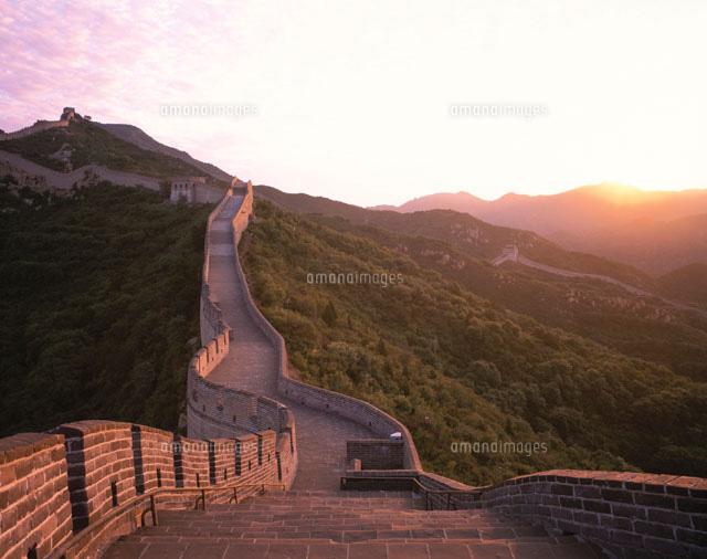 日の出と万里の長城 北京 中国[01500000816]| 写真素材・ストックフォト・イラスト素材|アマナイメージズ