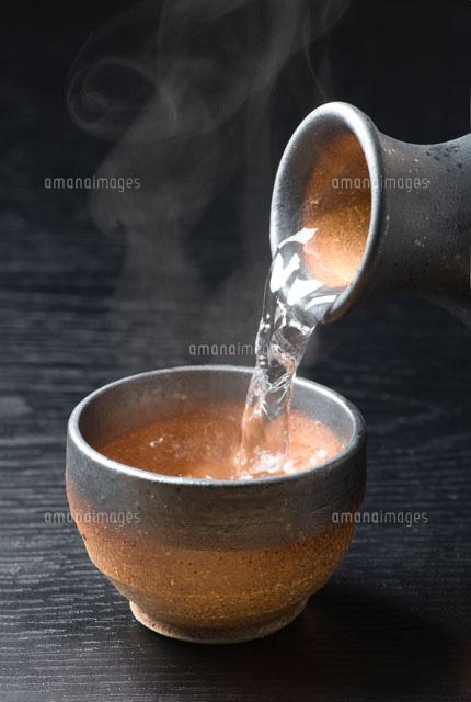 ライトボックスに入れる 注がれる熱燗酒[01651098093]| 写真素材・ストックフォト・イ