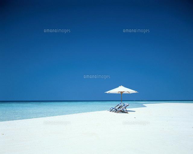白い砂浜のビーチチェアーと白いパラソル  モルジブ