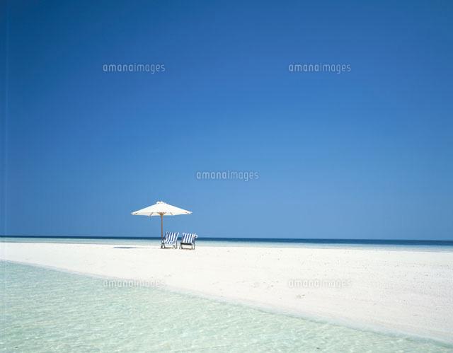 砂浜のビーチチェアーと白いパラソル モルジブ