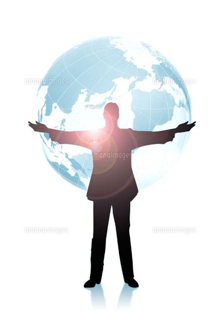 両手を広げる男性のシルエットと地球儀 CG (c)HIROSHI YAGI/orion