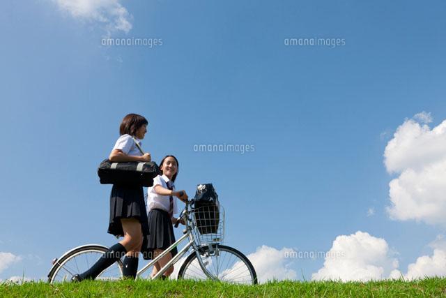 自転車の 自転車の写真 : 自転車を押して土手を歩く二人 ...