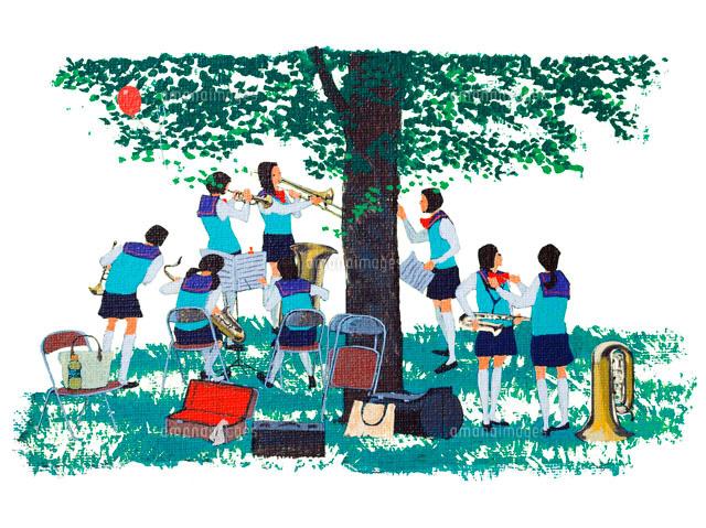 木陰でブラスバンドの練習する女学生・春 (c)Isoda Mitsuo/ARTBANK