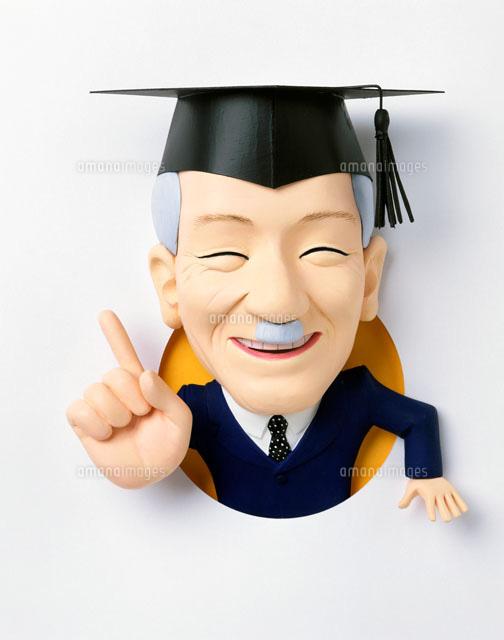 丸窓飛び出す角帽の教授 (c)Toshikazu Yamaoka/ARTBANK